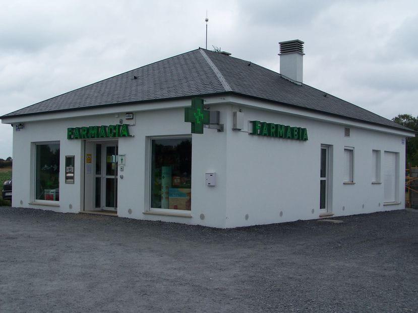 Farmacia en edificación aislada